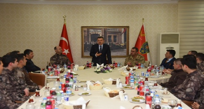 Vali Elban Afrine gönderilecek askerlerle yemekte buluştu