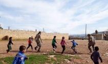 Kurtarılan köyde ÖSO askerleri çocuklarla top oynadı