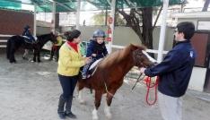 Çocukların gelişimine katkı için atla terapi