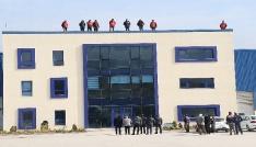 Karabükte işten çıkarılan işçiler haddehane çatısına çıkarak eylem yaptı