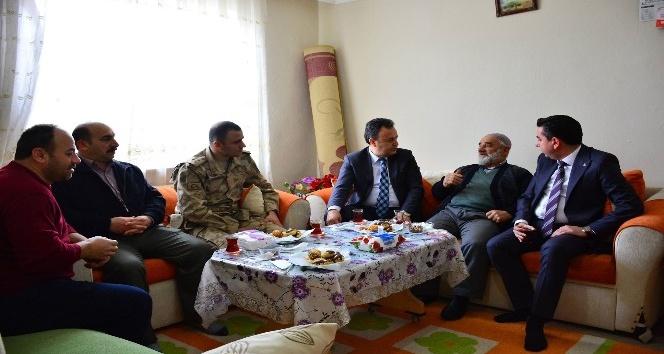 Kaymakam Karacadan Zeytin Dalı Harekatına katılan askerlerin ailelerine ziyaret