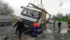TEMde çöp kamyonu devrildi, trafik kilitlendi