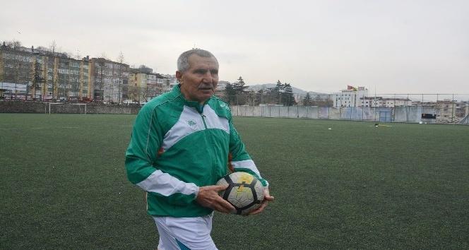 69 yaşındaki Şerif Kunt, Karaçay Gençlik Spor Kulübüne transfer oldu