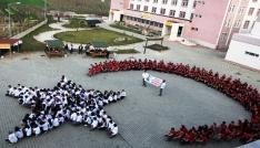 Sarıgölde öğrencilerden ay-yıldızlı koreografi