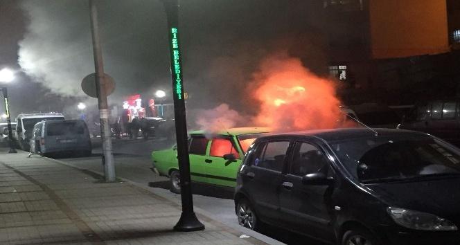 Rizede park edilmeye çalışılan otomobil alev alev yandı