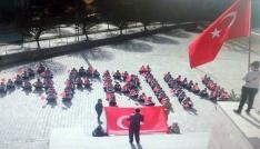 Yozgatta öğrenciler okul bahçesinde Afrin yazıp Türk bayrağı açtı