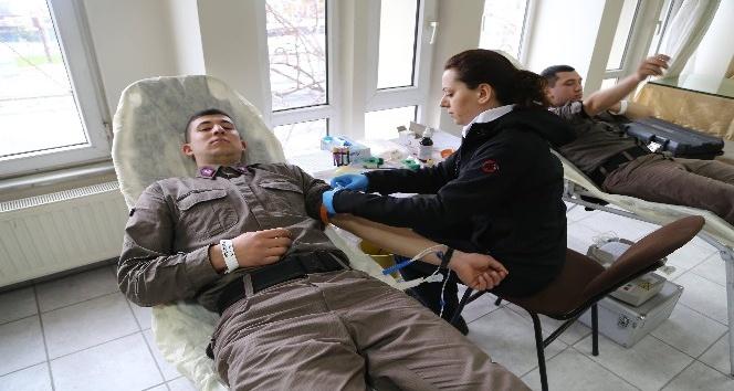Mehmetçikten silah arkadaşlarına kan desteği