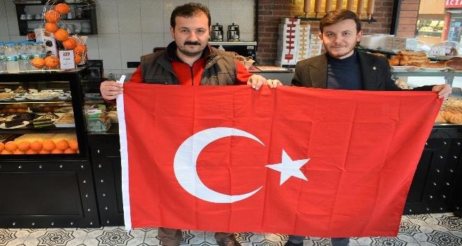 Gemlik Belediyesi bayrak dağıttı