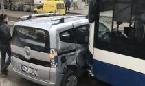 Geri dönmeye çalışan otomobile belediye otobüsü çarptı
