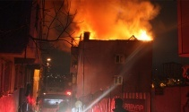 Kağıthanede çatı katı alev alev yandı