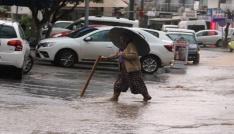 Bodrumda 15 dakika yağan yağmur sokakları göle çevirdi