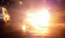 Hafifi ticari kamyonete çarpan motosiklet alev alev yandı