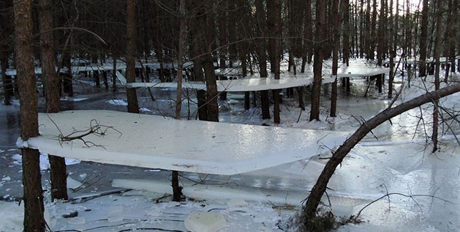 Polonya'da soğuktan donan göl havada asılı kaldı