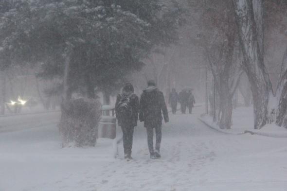 Kar ve tipi nedeniyle araçlar yolda kaldı