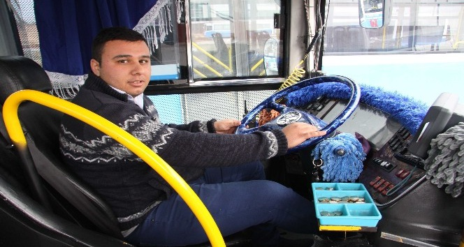 Halk otobüsü şoförü fenalaşan öğrenciyi hastaneye yetiştirdi