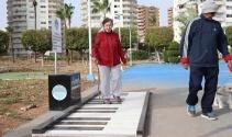 Ayak piyanosu görenleri şaşırtıyor