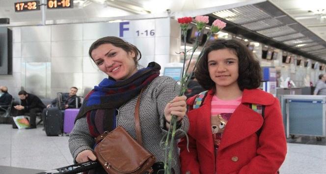 Kadın yolculara Atatürk Havalimanı'nda çiçekli karşılama