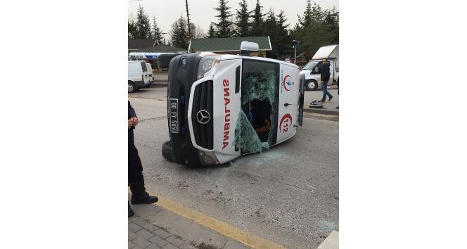 Başkent'te ambulans ile otomobil çarpıştı: 6 yaralı