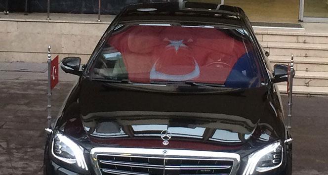 Erdoğan'ın makam aracının camına Türk bayrağı yansıdı