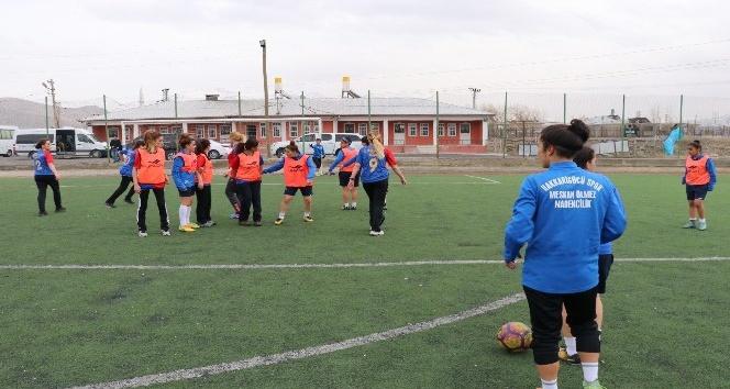 Kadın askerlerle futbolculardan renkli futbol maçı