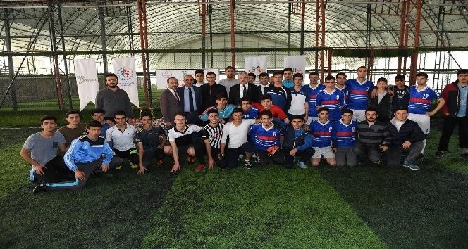 Halı saha futbol turnuvasının ödülleri dağıtıldı