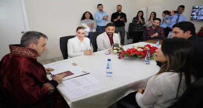 Lice Belediye Başkan Vekili Başak, cübbe giyerek nikah kıydı