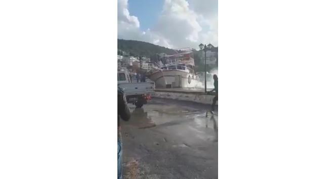 Batma tehlikesi geçiren tekneyi elleriyle tutmaya çalıştılar
