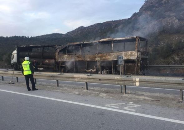Yolcu otobüsü tıra çarptı: 13 ölü, 20 yaralı