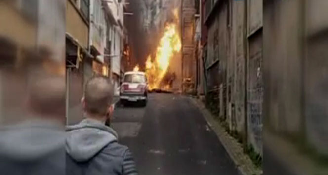 Fatihte doğalgaz borusu patladı, vatandaş sokağa döküldü