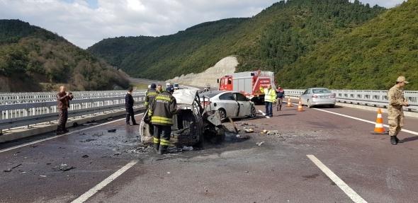 Otobanda feci kaza! 2 kişi yanarak öldü…