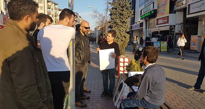 Polis memurunun Atatürk hassasiyeti vatandaşlardan alkış aldı