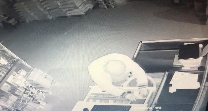 (Özel Haber) Pendik'te marketten kolilerce gıda malzemesi çalan hırsızlar kamerada