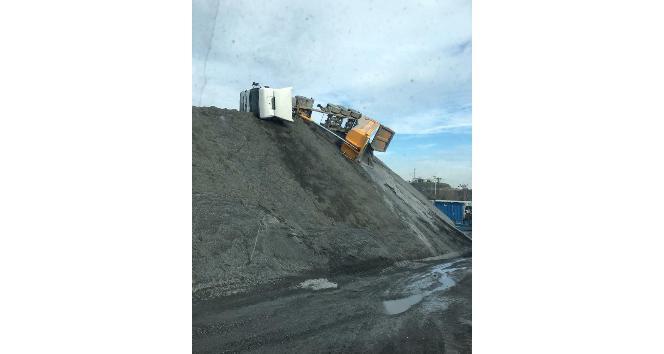 (Özel) Sultangazi'de mıcır boşaltan kamyon devrilerek yan yattı
