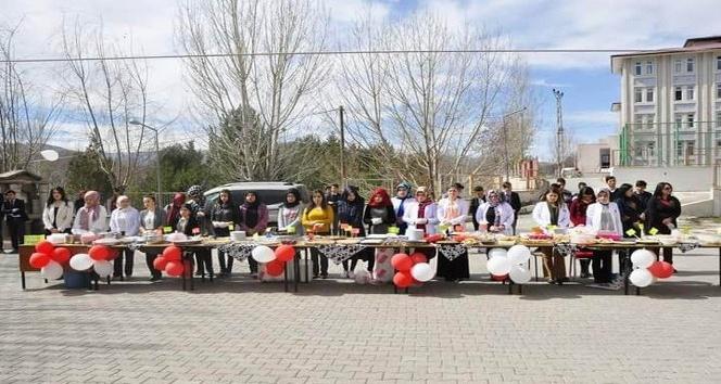 Liseli öğrencilerden Mehmetçik için kermes