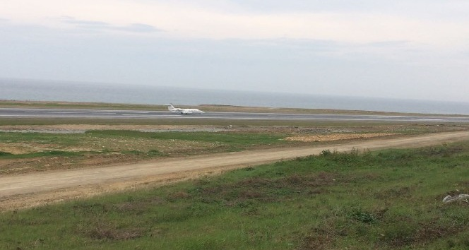 Acil iniş isteyen ambulans uçak Trabzon Havalimanı'na iniş yaptı