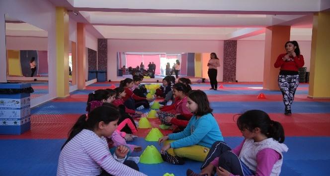 Erdemli'de kadınlar ve çocuklar spor merkezlerinde sporlarını yapıyor