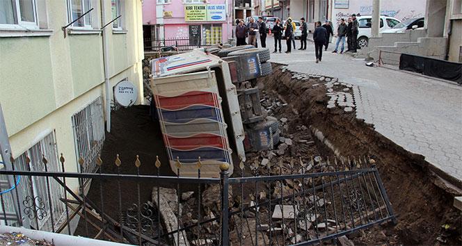 Kum yüklü kamyon apartman bahçesine düştü