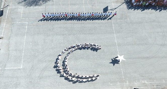 Ortaokul öğrencilerinden Mehmetçiğe destek koreografisi