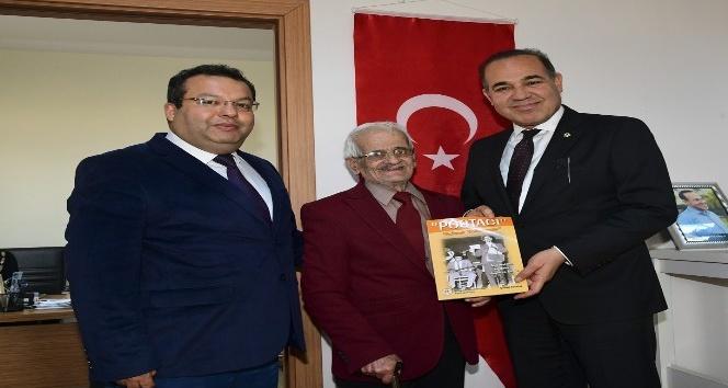 62 yıllık sanatçı Yağdıran, ilk kitabını Başkan Sözlü'ye takdim etti
