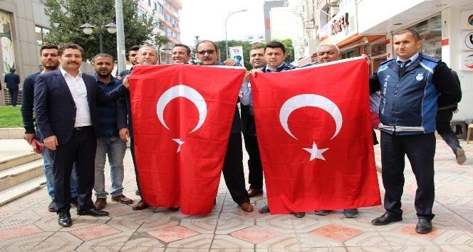 İskenderun Belediyesi esnafa Türk bayrağı dağıttı