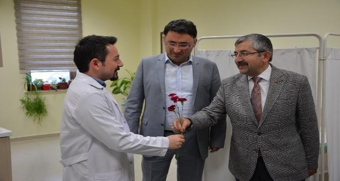 Başkan Vidinel, sağlık çalışanlarına karanfil verdi