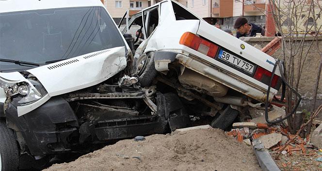 Sivasta otomobil ile öğrenci servisi çarpıştı: 3 yaralı
