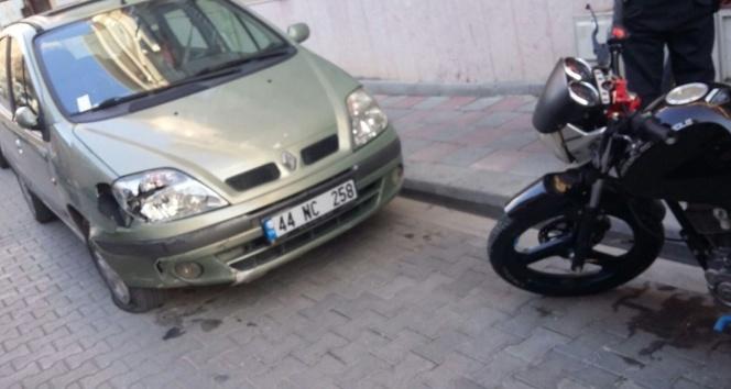 Park halindeki otomobile çarpan motosiklet sürücüsünün bacağı kırıldı