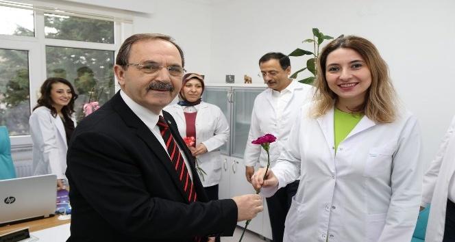 Başkan Şahin'den sağlık çalışanlarına karanfil