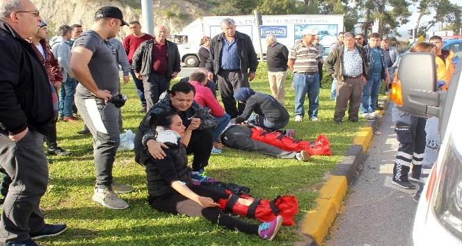 Antalya'da kontrolden çıkan otomobil minibüse çarptı: 8 yaralı