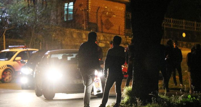 Ümraniyede çocuklar bir otomobilin altında patlayıcı buldu