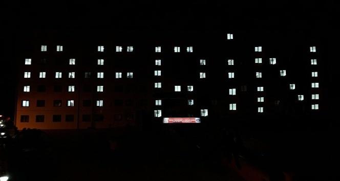 Üniversite öğrencilerinden Mehmetçiğe ışıklı ve şiirli destek