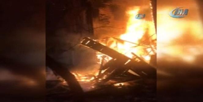Fatih'te 2 katlı ahşap binada korkutan yangın