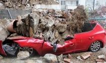 Beşiktaşta istinat duvarı çöktü, 2 araç enkaz altında kaldı