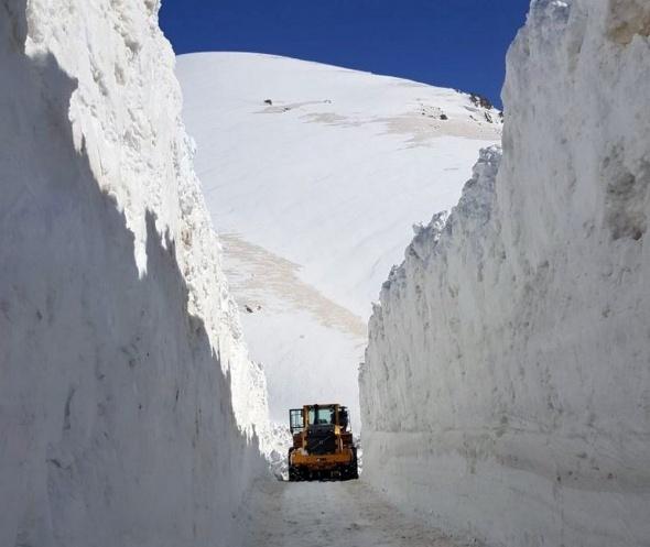 Üs bölgelerine giden karlı yollar güçlükle açılıyor